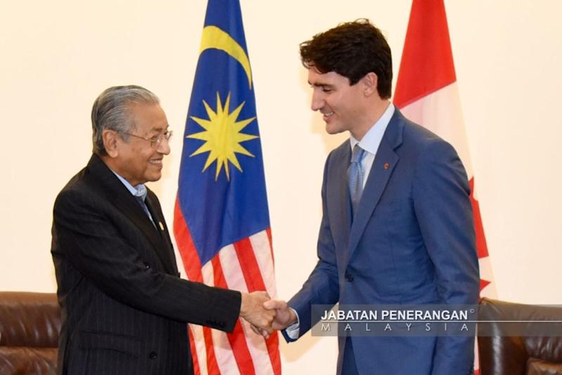 Tun Dr Mahathir Mohamad shakes hands with Canadian Prime Minister Justin Trudeau at the Apec Summit in Port Moresby November 17, 2018. ― Picture courtesy of Information Department of Malaysia