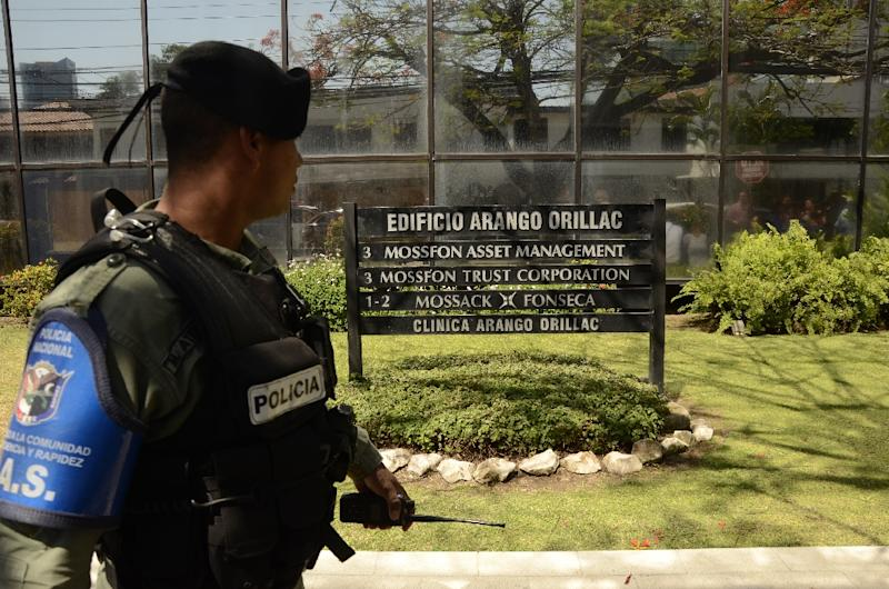 A policeman stands guard during a demonstration outside the Mossack Fonseca headquarters in Panama City on April 13, 2016 (AFP Photo/Ed Grimaldo)