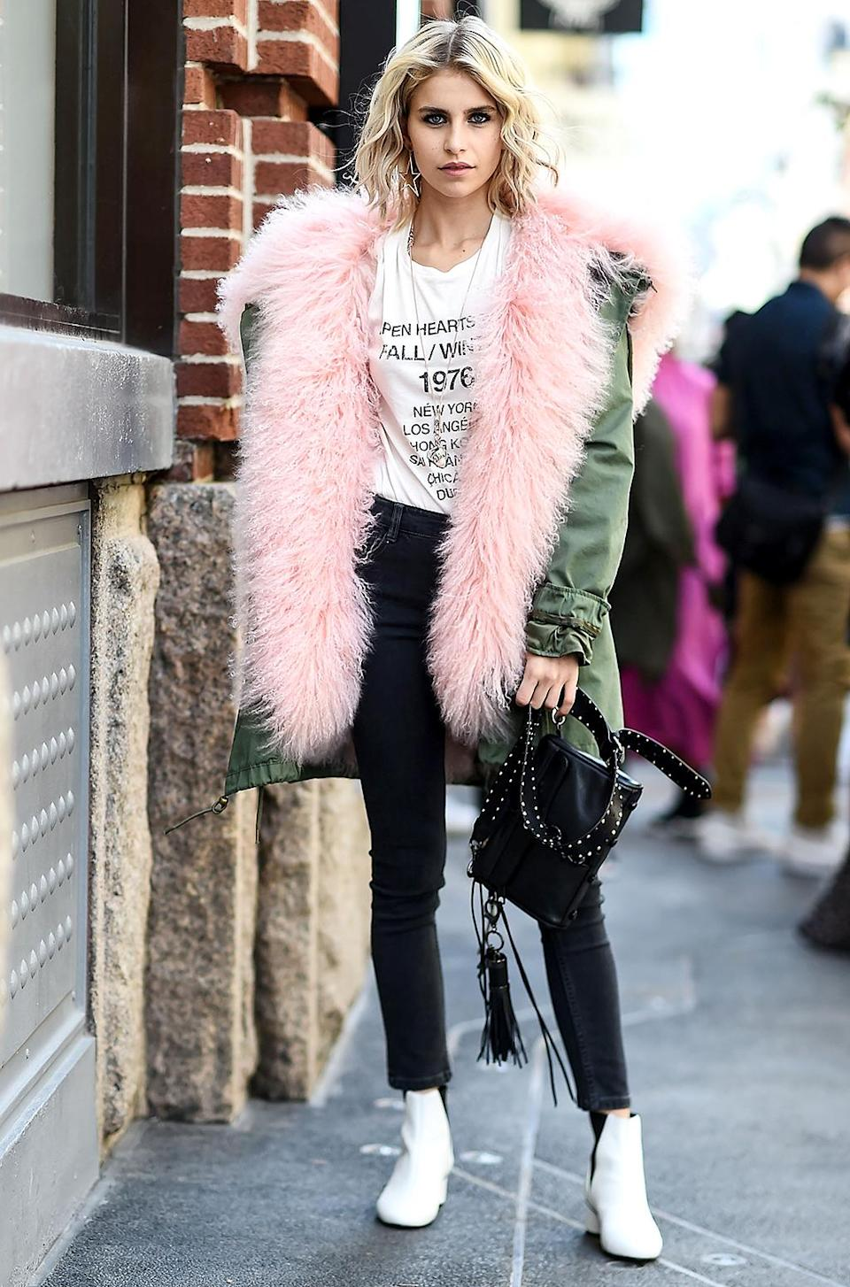 Caroline Daur beats the heat in a pink fur coat. (Photo: Daniel Zuchnik/Getty Images)
