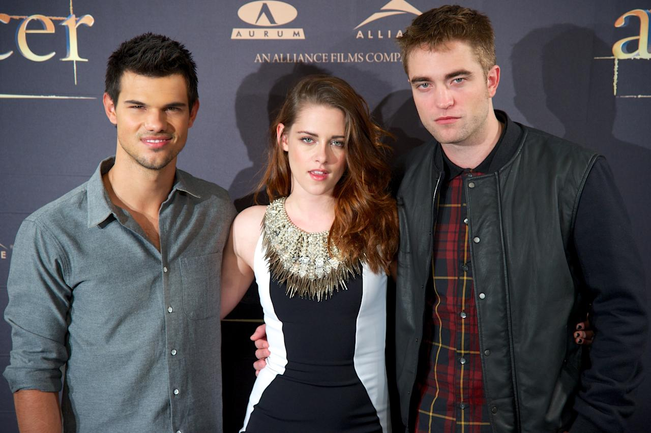 "MADRID, SPAIN - NOVEMBER 15:  (L-R) Actors Taylor Lautner, Kristen Stewart and Robert Pattinson attend the ""The Twilight Saga: Breaking Dawn - Part 2"" (La Saga Crepusculo: Amanecer Parte 2) photocall at the Villamagna Hotel on November 15, 2012 in Madrid, Spain.  (Photo by Carlos Alvarez/Getty Images)"