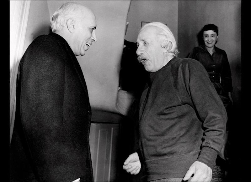 Indian prime minister Pandit Jawaharlal Nehru visits physicist Albert Einstein at Princeton University 8 november 1949. Einstein, author of theory of relativity, awarded the Nobel Prize for Physics in 1921. (Photo credit should read -/AFP/Getty Images)