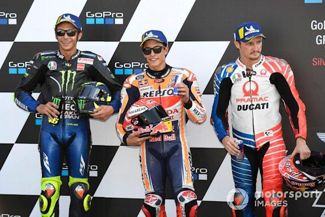 "Pole sitter Marc Marquez, Repsol Honda Team, secondo classificato Valentino Rossi, Yamaha Factory Racing, terzo classificato Jack Miller, Pramac Racing <span class=""copyright"">Gold and Goose / LAT Images</span>"