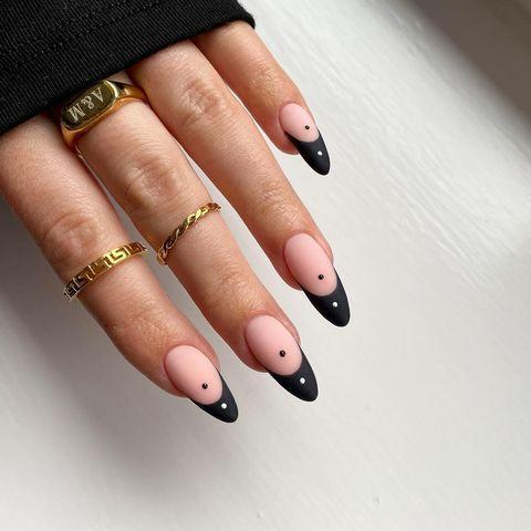 "<p>Nail-art con Yin e Yang su clip.</p><p><a href=""https://www.instagram.com/p/CMCR42KFp7r/?igshid=e8po9wk7aj3c"" rel=""nofollow noopener"" target=""_blank"" data-ylk=""slk:See the original post on Instagram"" class=""link rapid-noclick-resp"">See the original post on Instagram</a></p>"