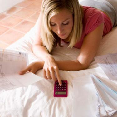 Woman-with-bills-and-calculator_web