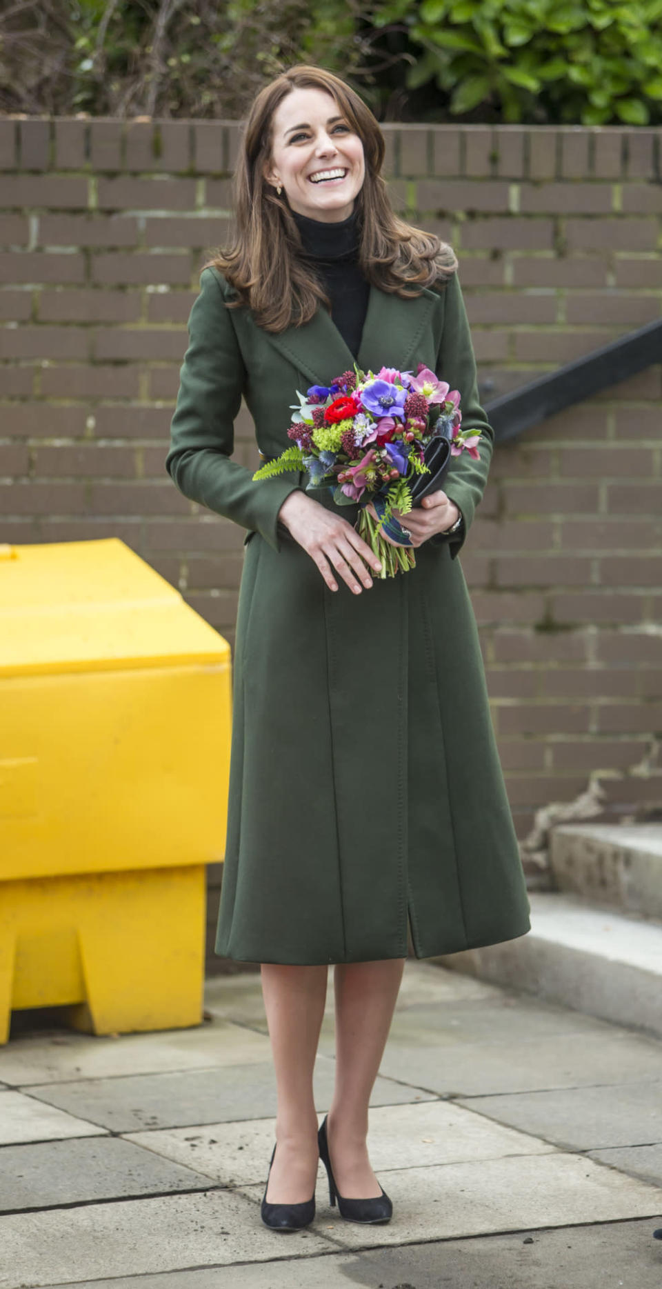 <p>During her first solo trip to Scotland, Kate dressed in a dark green coat by Max Mara. She finished the look with a Mulberry clutch and black Stuart Weitzman pumps.</p><p><i>[Photo: PA]</i></p>