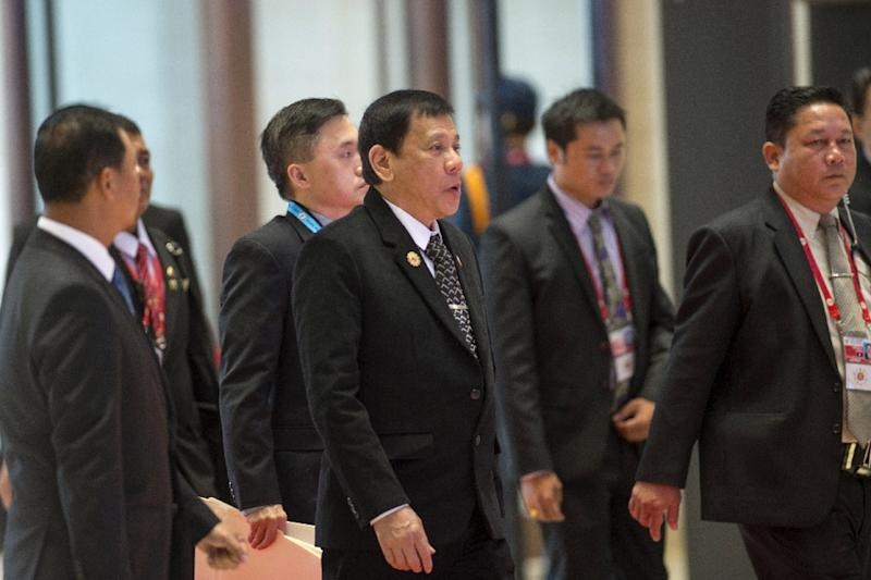 Philippines President Rodrigo Duterte (C) met briefly with US President Barack Obama before dinner at the Association of Southeast Asian Nations-hosted summit in Laos
