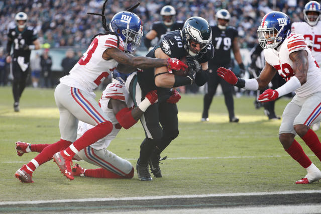 Philadelphia Eagles tight end Zach Ertz (86) runs with the ball to score a touchdown against the New York Giants. (AP)