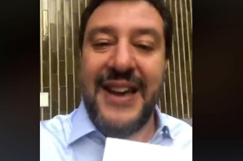 Salvini apre la busta in diretta Facebook /Video