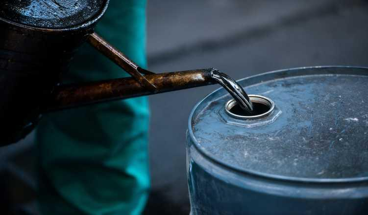Oil Slumps 5% To Seven-Month Low On Trade Tensions, Surprise US Stock Build