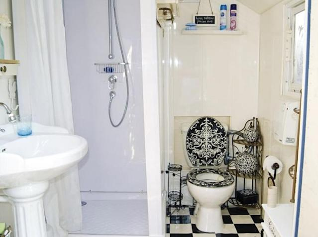 <p>Here are the bathroom and shower. (Airbnb) </p>