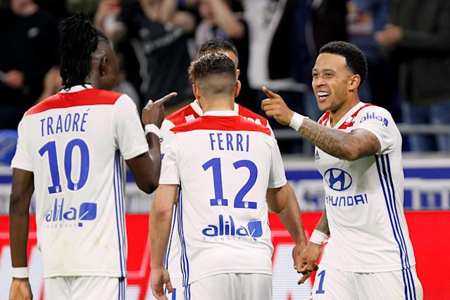 Soccer Football - Ligue 1 - Olympique Lyonnais vs OGC Nice - Groupama Stadium, Lyon, France - May 19, 2018 Lyon's Memphis Depay celebrates scoring their third goal and completing his hat-trick with team mates REUTERS/Emmanuel Foudrot