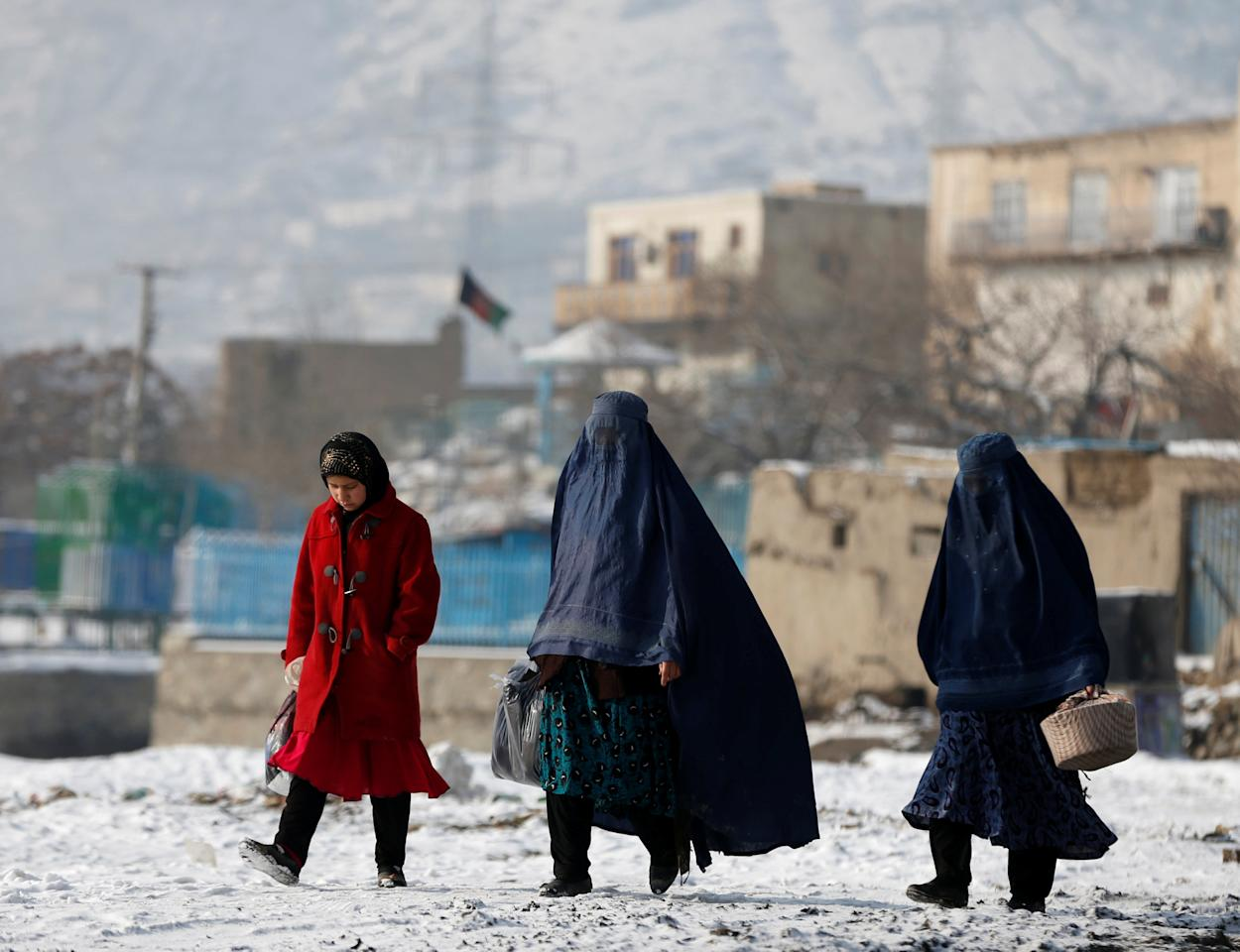 Women walk along a street in Kabul, Afghanistan January 16, 2017. REUTERS/Omar Sobhani      TPX IMAGES OF THE DAY