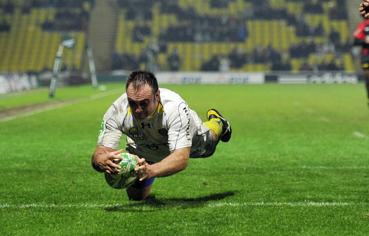Clermont Auvergne's South African hooker Willie Wepener scores a try during the Heineken Cup rugby union match between Saracens and Clermont Auvergne at Vicarage Road in Watford on January 21, 2010. AFP PHOTO / GLYN KIRK (Photo credit should read GLYN KIRK/AFP/Getty Images)