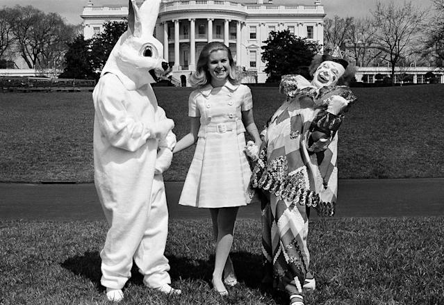 <p>Tricia Nixon walks the White House grounds in Washington, March 27, 1970, with a couple of Springtime friends – circus clown Bobby Kay and the Easter Bunny, a White House staffer who prefers to remain anonymous. (Photo: Henry Burroughs/AP) </p>