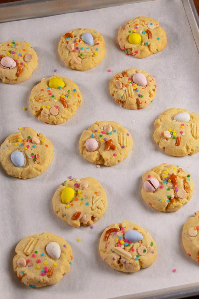 "<p>In 30 minutes, you could be eating these.</p><p>Get the recipe from <a rel=""nofollow"" href=""http://www.delish.com/cooking/recipe-ideas/recipes/a51891/easter-trash-cookies-recipe/"">Delish</a>.</p>"