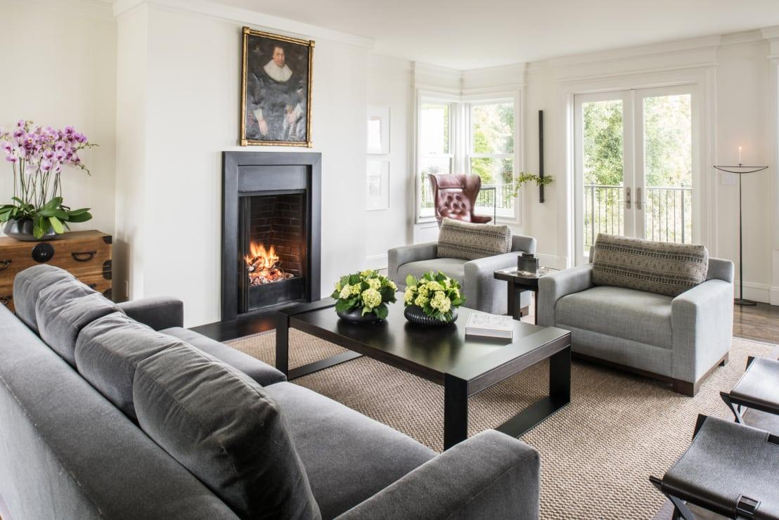 """<p>If you have guests expected imminently and you're concerned about the state of your home, start with the lounge! That will usually be where you entertain and you can simply sweep the room, removing clutter and dirty dishes, to give the appearance of a more<a rel=""""nofollow"""" href=""""https://www.homify.co.uk/rooms/living-room-style-minimalist"""">minimal and stylish living room</a>. By default, guests will assume that the rest of the house looks just as neat and tidy too!</p>  Credits: homify / Antonio Martins Interior Design Inc"""