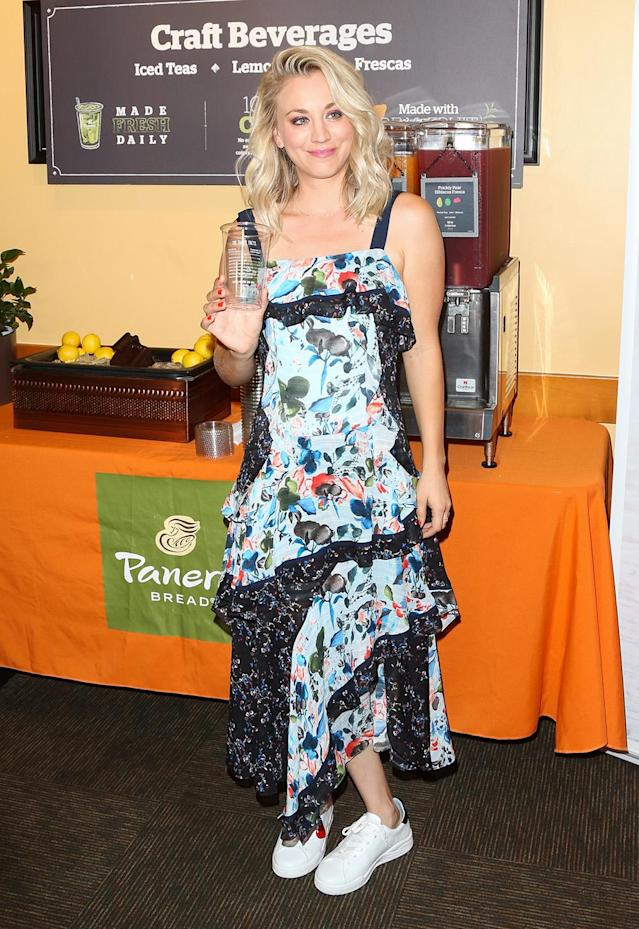 Cuoco paired her frilly frock with tennis shoes. (Photo: Getty Images)