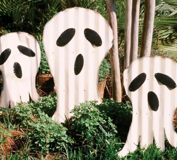 <p>Greet neighborhood passersby with the <span>Ghost Yard Stakes</span> ($249).</p>