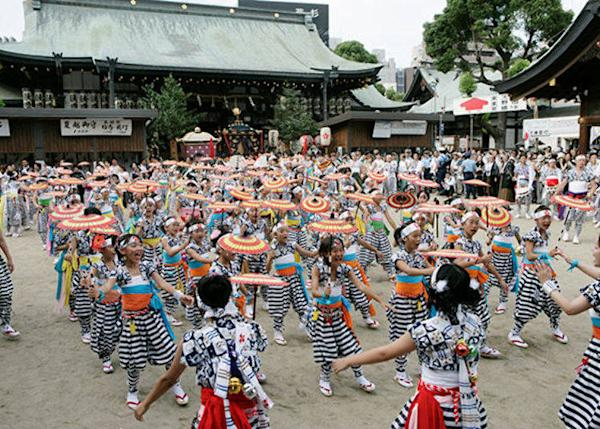 ▲The shishimai group performing a colorful umbrella dance (Photo courtesy of Osaka Tenmangu Shrine)
