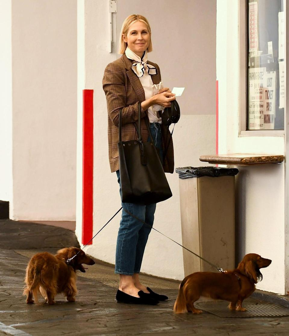 <p>Kelly Rutherford shares a smile after grabbing lunch at E Baldi restaurant in Beverly Hills with her cute dogs on Thursday.</p>
