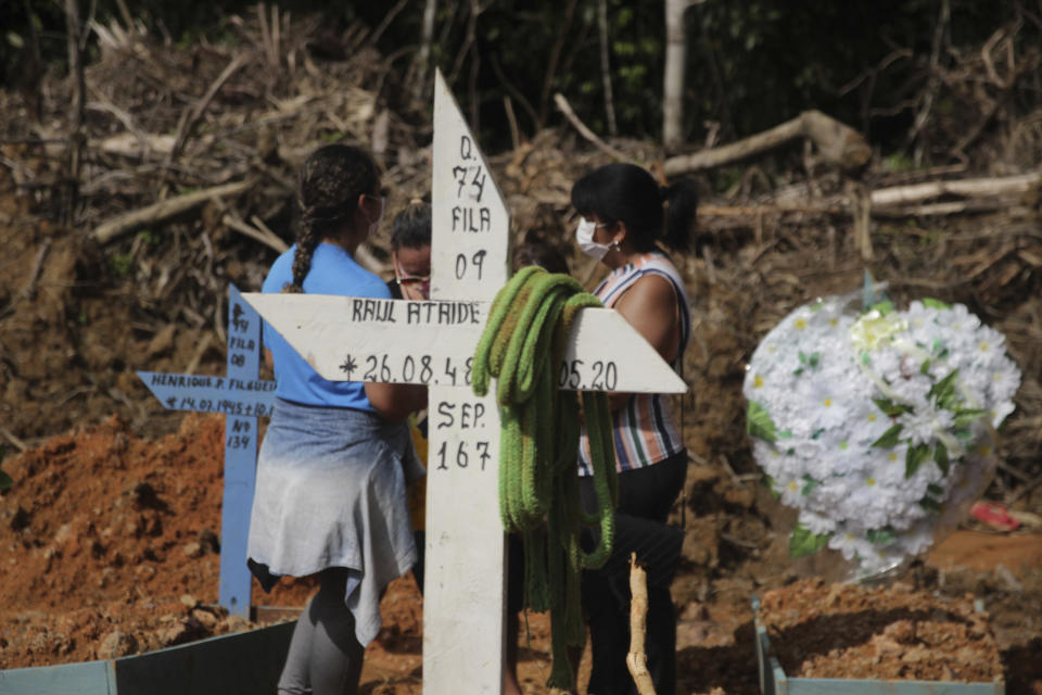 Movement at the Parque de Manaus Cemetery in Manaus, Brazil on Tuesday, May 19, 2020. There are already 20,913 confirmed cases, 1,433 deaths and 13,929 recovered patients, according to the bulletin of the 18th of the Government of Amazonas. In the photo the burial of João Ricardo. According to Joarez Ricardo, brother of the deceased, Ricardo died of a heart attack but on the death certificate it is like acute respiratory failure and a positive Covid-19 rapid test. (Photo: Sandro Pereira/Fotoarena/Sipa USA)(Sipa via AP Images)