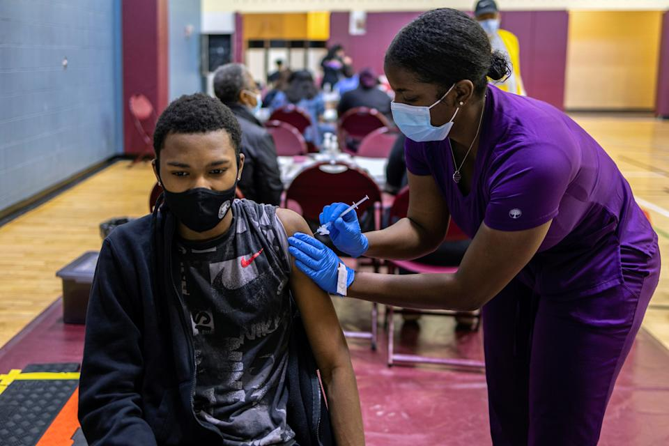 A teenager receives a coronavirus disease (COVID-19) vaccine at a clinic run by the Philadelphia Department of Public Health in partnership with the Black Doctors COVID-19 Consortium to encourage all eligible teenagers to get vaccinated in Philadelphia, Pennsylvania, U.S., May 18, 2021. REUTERS/Hannah Beier