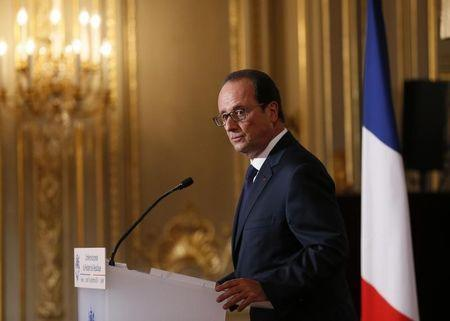 French President Francois Hollande listens to a question during a news conference at the Elysee Palace in Paris September 18, 2014. REUTERS/Patrick Kovarik/Pool