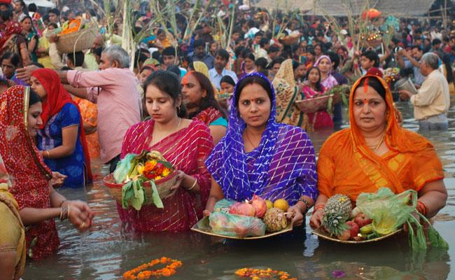 INDIA, Allahabad : Hindu devotees perform religious rituals as they offer prayers to the Sun God at Baluwa Gath during Chhath festival in Allahabad on November 19, 2012. Devotees pay obeisance to both the rising and the setting sun in the Chhath festival when people express their thanks and seek the blessings of the forces of nature, mainly the Sun and river. AFP PHOTO/ Sanjay KANOJIA
