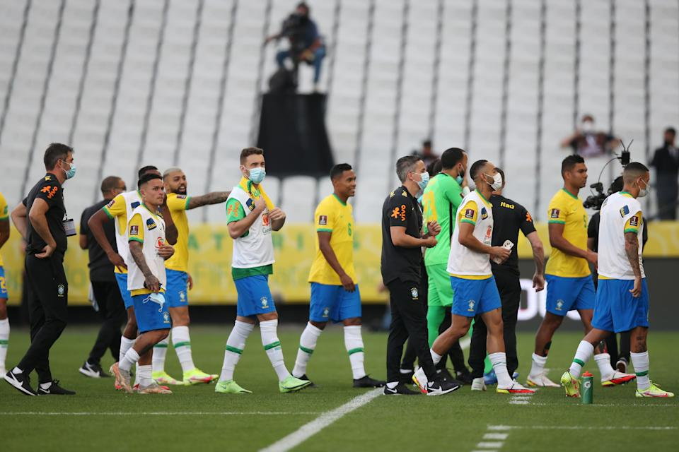 SAO PAULO, BRAZIL - SEPTEMBER 05: Players of Brazil talk as the match between Brazil and Argentina is suspended after being interrupted by Brazilian health authorities as part of South American Qualifiers for Qatar 2022 at Arena Corinthians on September 05, 2021 in Sao Paulo, Brazil. (Photo by Alexandre Schneider/Getty Images)