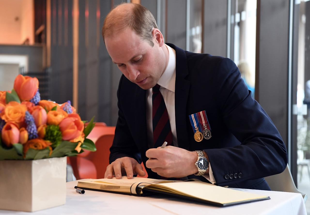 <p>The Duke of Cambridge is often seen signing guest books with his left hand.</p>