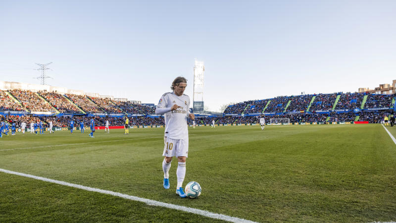 GETFAE, SPAIN- JANUARY 04: (BILD ZEITUNG OUT) Luka Modric of Real Madrid controls the ball during the Liga match between Getafe CF and Real Madrid CF at Coliseum Alfonso Perez on January 4, 2020 in Getafe, Spain. (Photo by TF-Images/Getty Images)
