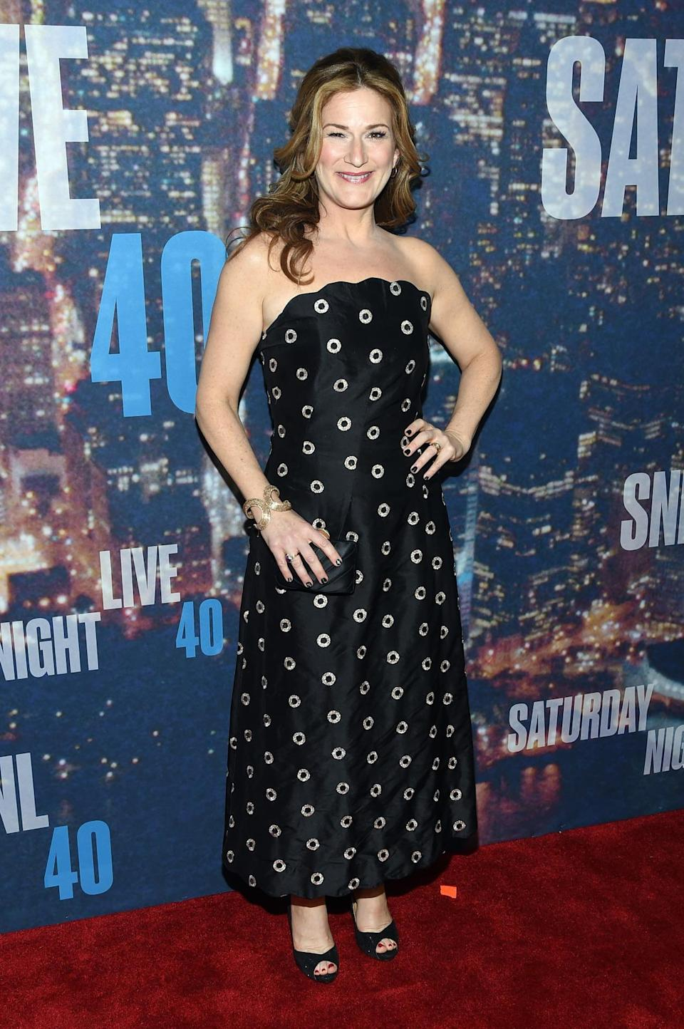Actress Ana Gasteyer sticks with basic black but the midi hemline and print make it stand out from the rest of the black dresses of the night.