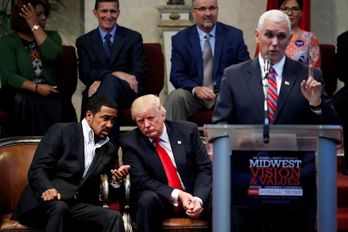 Pastor Darrell Scott (L) speaks with Republican presidential nominee Donald Trump (C), as vice presidential nominee Governor Mike Pence (R) makes remarks, during a gathering of clergy members at the New Spirit Revival Center in Cleveland Heights, Ohio, U.S. September 21, 2016. REUTERS/Jonathan Ernst