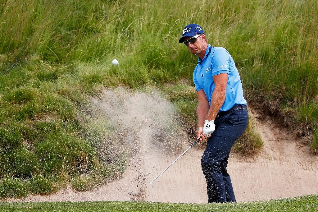 Henrik Stenson of Sweden plays his shot out of the bunker on the 16th hole during the second round of the 2017 U.S. Open at Erin Hills on June 16, 2017 in Hartford, Wisconsin (AFP Photo/Gregory Shamus)