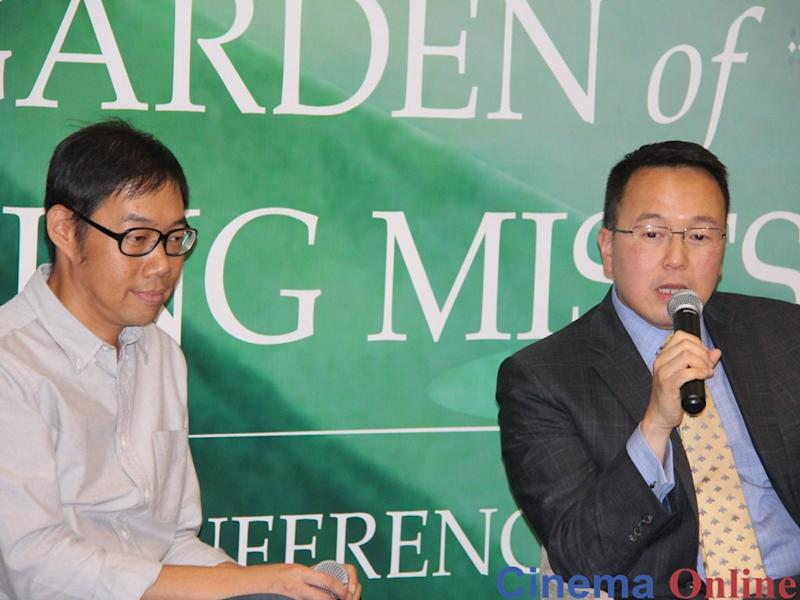 "Taiwanese filmmaker Tom Lin (L) and Malaysian author Tan Twan Eng discussing the movie adaptation of ""The Garden of Evening Mists"" with the media."