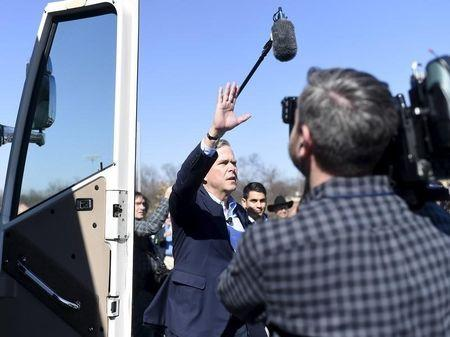 Republican U.S. presidential candidate Jeb Bush waves as he walks to his bus after speaking at a campaign event in Greenville, South Carolina February 19, 2016.   REUTERS/Rainier Ehrhardt