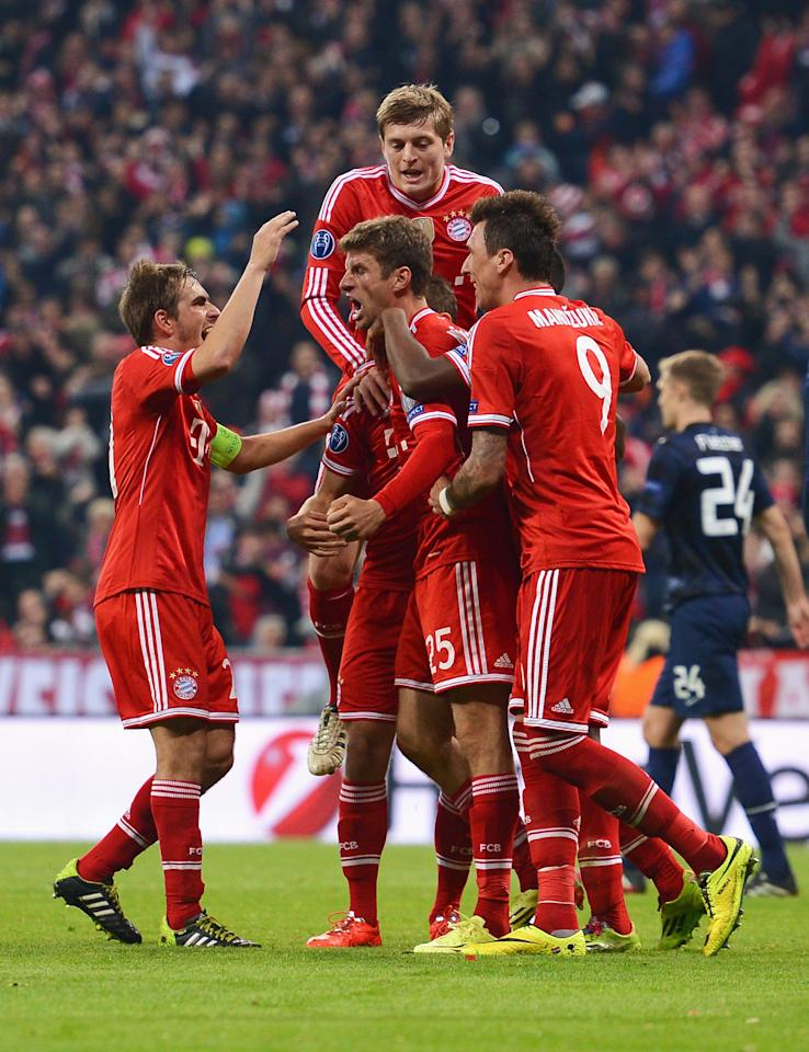 MUNICH, GERMANY - APRIL 09: Thomas Mueller of Bayern Muenchen celebrates scoring his team's second goal with team mates during the UEFA Champions League Quarter Final second leg match between FC Bayern Muenchen and Manchester United at Allianz Arena on April 9, 2014 in Munich, Germany. (Photo by Lars Baron/Bongarts/Getty Images)