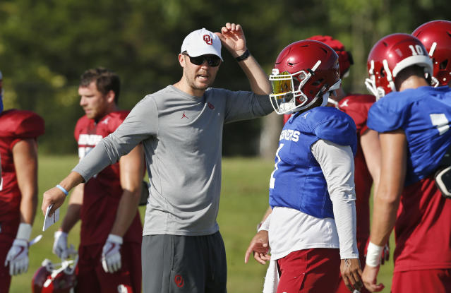"Lincoln Riley's quarterback is probably going to be <a class=""link rapid-noclick-resp"" href=""/ncaaf/players/255122/"" data-ylk=""slk:Kyler Murray"">Kyler Murray</a> (center). (AP Photo/Sue Ogrocki, File)"