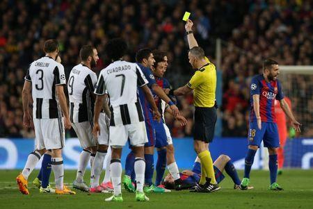 Football Soccer - FC Barcelona v Juventus - UEFA Champions League Quarter Final Second Leg - The Nou Camp, Barcelona, Spain - 19/4/17 Barcelona's Neymar is shown a yellow card by referee Bjorn Kuipers Reuters / Albert Gea Livepic