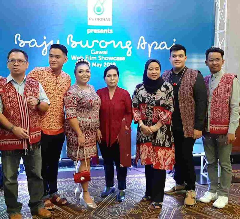 Directors Ismail Kamarul (right) and Philip Rom Kulleh (second right) with web film adviser Noria anak Tugang (centre) and Petronas' Zahariah Abdul Rahman (third right) at the preview of 'Baju Burong Apai' May 21, 2019. — Picture by Sulok Tawie