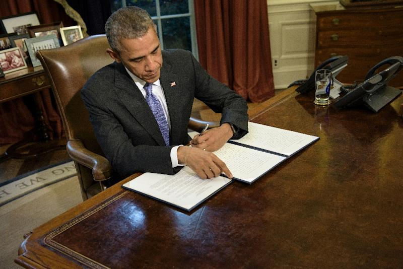US President Barack Obama vetoes the National Defense Authorization Act in the Oval Office of the White House on October 22, 2015 (AFP Photo/Brendan Smialowski)