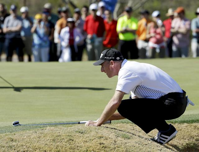 Jim Furyk lines up a putt on the fourth hole in his match against Rickie Fowler during the fourth round of the Match Play Championship golf tournament on Saturday, Feb. 22, 2014, in Marana, Ariz. (AP Photo/Ted S. Warren)