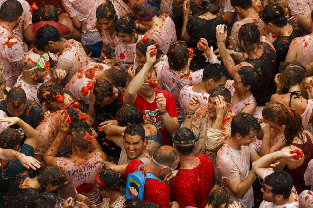 <p>Revellers take part in the annual Tomatina festival on Aug. 30, 2017 in Bunol, Spain. (Photo: Pablo Blazquez Dominguez/Getty Images) </p>