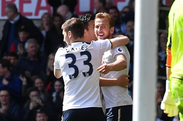 Tottenham Hotspur's Harry Kane (R) celebrates scoring his side's third goal in a 4-0 rout against Bournemouth on April 15, 2017 (AFP Photo/Ben STANSALL)