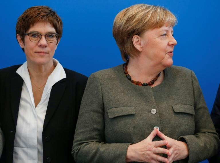 German Defence Minister Annegret Kramp-Karrenbauer (l) is a close ally of Chancellor Angela Merkel