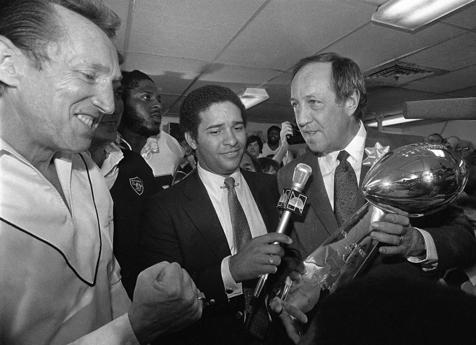 Pete Rozelle presents the Super Bowl XV trophy to Al Davis in 1981. (AP)