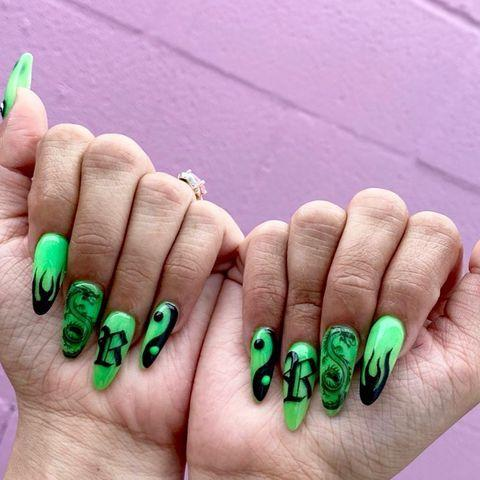 "<p>Nail-art con unghie lunghe neon.</p><p><a href=""https://www.instagram.com/p/CCEqEvIh8Sp/?igshid=1yzgvd3podmk"" rel=""nofollow noopener"" target=""_blank"" data-ylk=""slk:See the original post on Instagram"" class=""link rapid-noclick-resp"">See the original post on Instagram</a></p>"