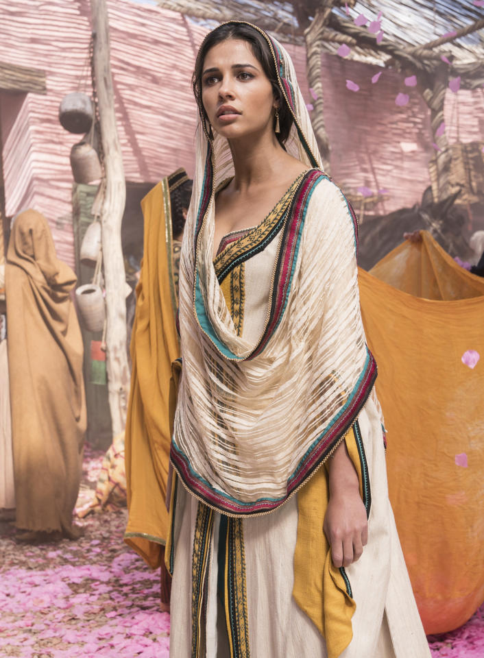 When it came to creating the look Jasmine (Naomi Scott) wears as she wanders through Agrabah hoping not to be recognized, costume designer Michael Wilkinson opted for neutral fabrics with just a hint of vibrant blue-green.