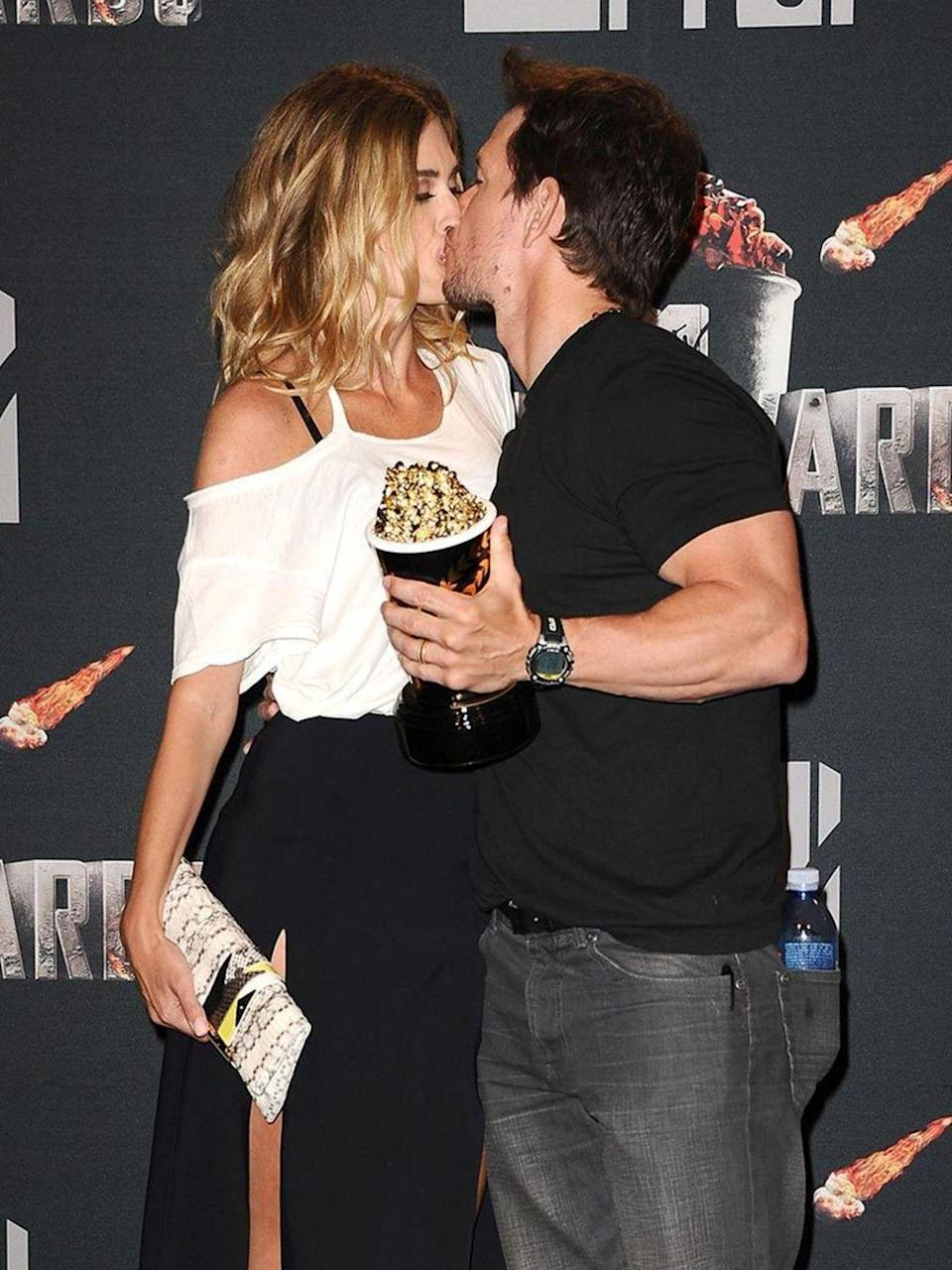 <p>The married couple kissed on the red carpet. </p>