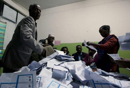 Election officials count votes at the end of the voting exercise in Ethiopia's capital Addis Ababa May 24, 2015. REUTERS/Tiksa Negeri